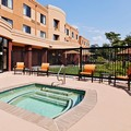 Swimming pool at Courtyard by Marriott Knoxville Airport / Alcoa