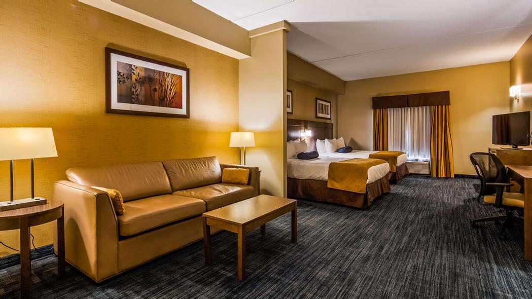 Here With A Team? Our Spacious 2 Queen Mini Suite Includes A Sofabed And Sleeps Up To 6 Adults. 12 of 16