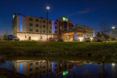 Holiday Inn Express & Suites Kansas City Airport 1 of 11