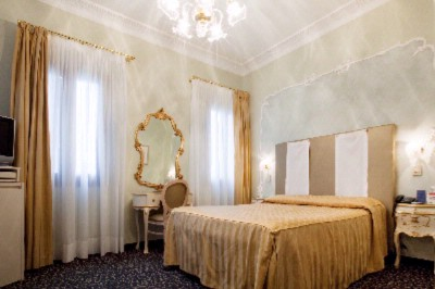 Room With A View Of The Magnificent Grand Canal Luxuriously Furnished With Elegant Color Combinations. Equipped With All The Modern Comforts And Bathroom With Bathrobes. Extra Bed Available In Some Rooms. Max 2 (3) People 3 of 5