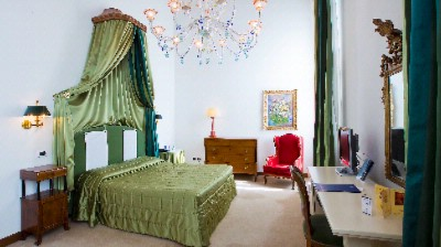 Extra Large Rooms Overlooking The Grand Canal Some With A Magnificent Scenic Terrace And Original Wooden Beam Ceiling. Superbly Furnished With First Rate Antiquities French Style Upholstery And Murano Glass Chandeliers And Mirrors. 4 of 5