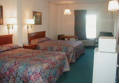 Guest Room With Two Queen Beds 7 of 8