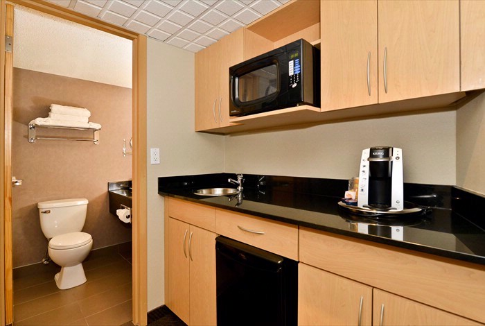 Queen Executive Suites Equipped With Microwave Minifridge Keurig Coffee 27 of 31