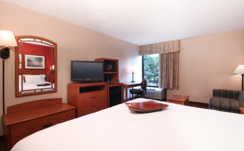 Queen Guestroom With Mobility 21 of 23