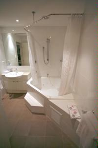 Ensuite Bathroom With Spa Bath 6 of 6
