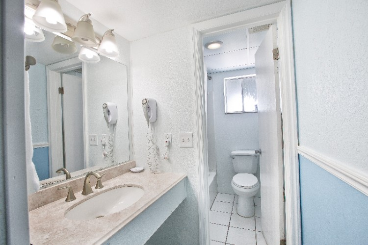 One Bedroom Privaate Bathrooms With Tub And Shower Combination 27 of 31