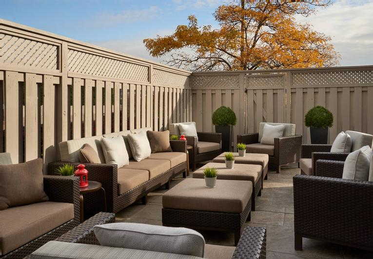 Courtyard Marriott Toronto Airport -Patio Space 8 of 18