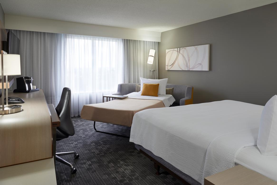 Courtyard Marriott Toronto Airport -Standard King Bed With Pull Out Couch 11 of 18