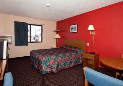 Room With Queen Bed Non-Smoking And Smoking Available 9 of 9