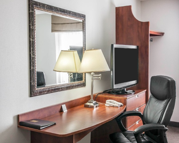 Desk In All Guest Rooms 4 of 21