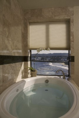 A Relaxing Tub With A View That Can\'t Be Beat 5 of 10