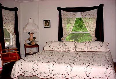 18 Vine & Carriage House -Bed And Breakfast In Hammondsport Ny. The Burgundy Room. 8 of 16