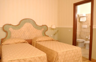 Double Room With Ensuite Bathroom A/c Safe Minibar 3 of 7