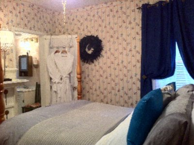 Mistress Queen Soprano Bedroom Suite Niagara On The Lake Historical Cottage Rental 25 of 31