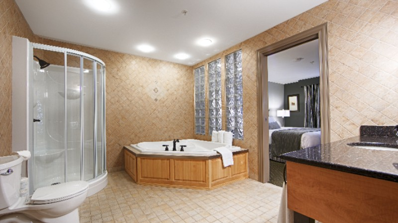 Jacuzzi Tub In Luxury Suite 6 of 14