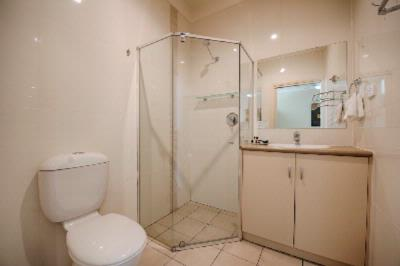 Vine Court Deluxe One Bedroom Self Contained Apartment Bathroom 19 of 31