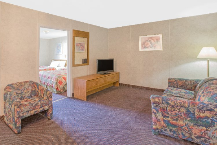 Two Bedded Kitchenette Suite 7 of 11