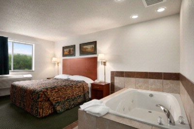 King Whirlpool Room With Kitchenette 9 of 14