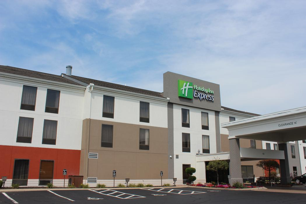 Holiday Inn Express Hotel & Suites 1 of 12