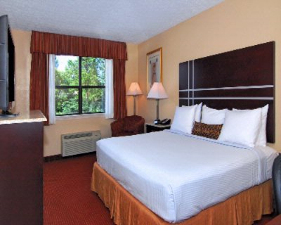 Guest Room With 40 Inch Lcd Tv 6 of 18