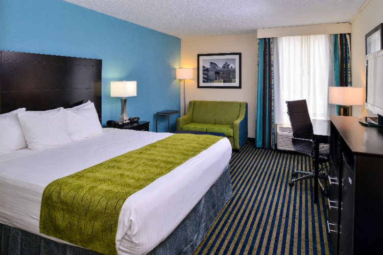 Our Spacious Guest Rooms Feature One King Or 2 Queen Beds Refrigerator Microwave Coffeemaker Hair Dryer Safe Iron Ironing Board And Flat Screen Tv With Free Hbo. 4 of 14