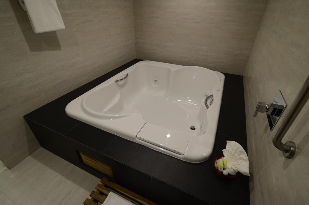 Master Suite Jacuzzi 12 of 23