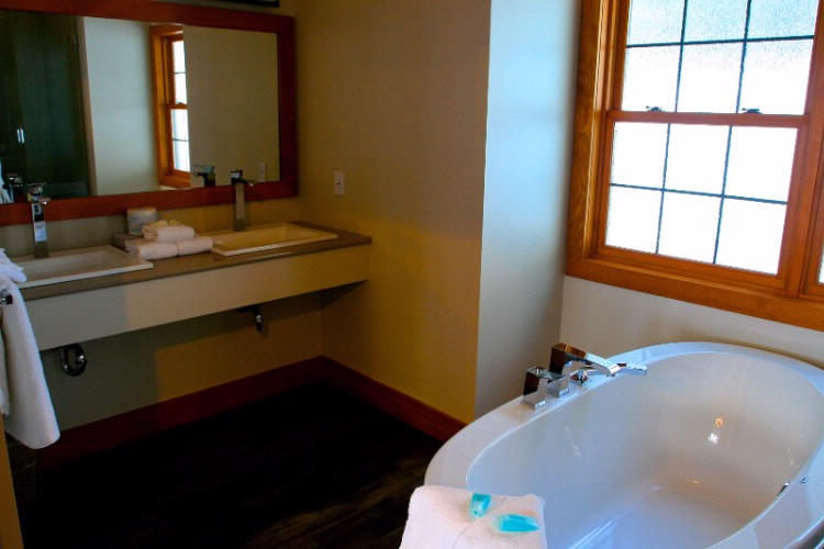 Luxury Cabin Bathroom 9 of 15