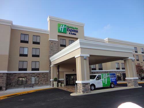 Holiday Inn Express & Suites Indianapolis W Airpor 1 of 9