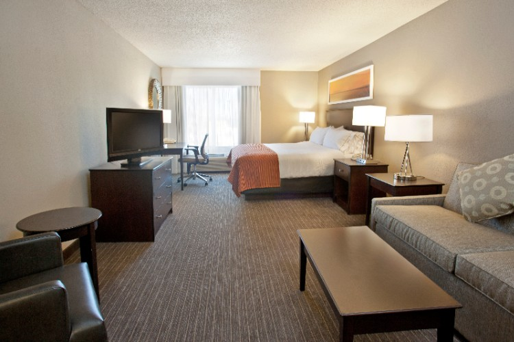 Featuring Our King Sized Guest Suite And An Inviting Sealy Posturepedic Plush Top Sleep Set With 200 Thread Count Triple Sheeted Bed With A Duvet Blanket Accent Throw. Suites Also Feature A Wet Bar Including Sink Microwave And Refridgerator. 4 of 19