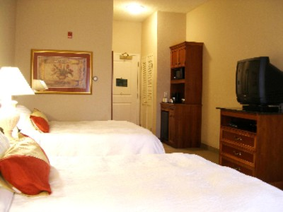 Cozy Accommodations With All Of The Comforts Of Home; Including Microwave Oven Mini-Refrigerator & Coffee Maker. 4 of 9