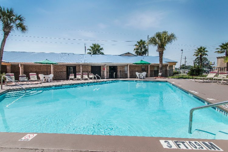 Quality Inn Hinesville Seasonal Outdoor Pool 3 of 11
