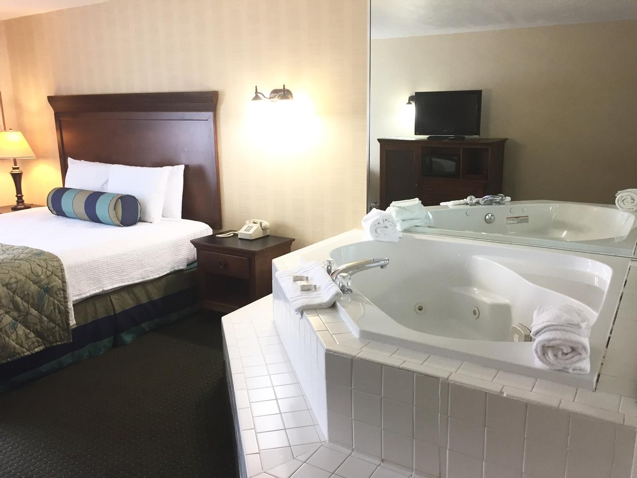 King Room W/ In-Room Jacuzzi 3 of 23