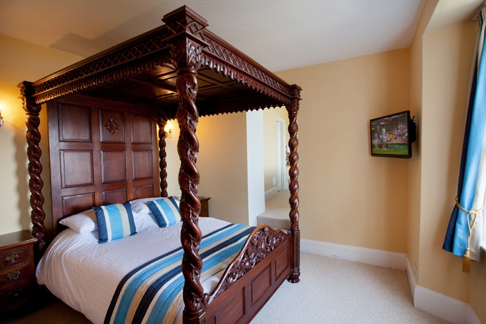 Four Poster Beds Available 11 of 13