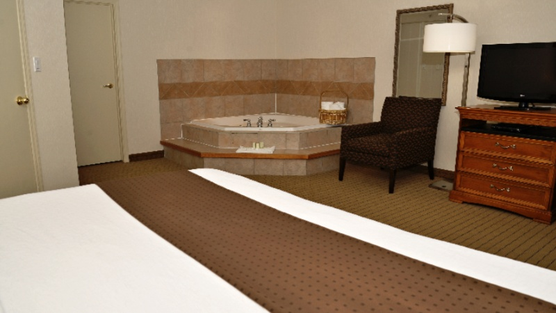 Jacuzzi Suite At Holiday Inn Hinton 11 of 14