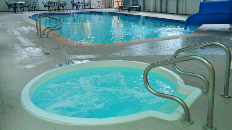 Swimming Pool With Waterslide Hot Tub & Sauna At Holiday Inn Hinton 6 of 14