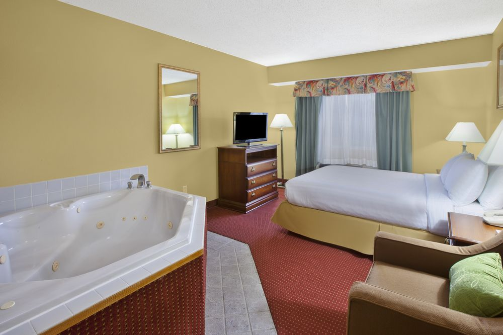 2 Room Suite Full Living Room With Sofa Sleeper Separate Queen Bed With Jacuzzi 31 of 32