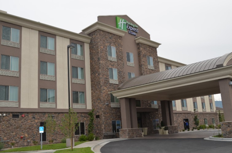 Holiday Inn Express & Suites Springville South Pro 1 of 9