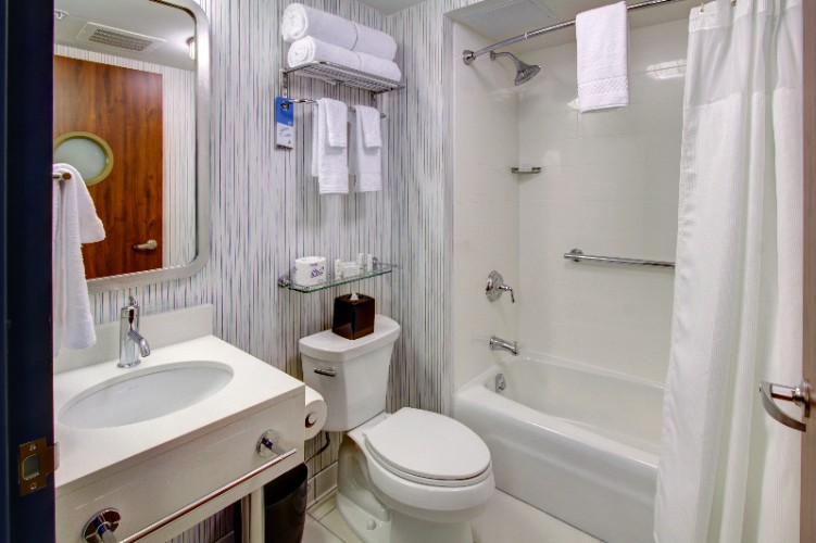 Guestroom Bathroom With Tub 7 of 10