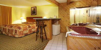 Deluxe Suite W/kingsize Bed & Hot Tub-2 6 of 10