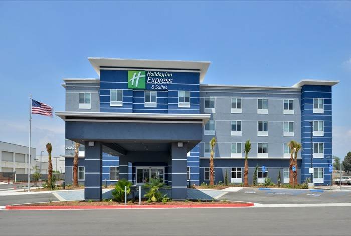 Holiday Inn Express & Suites 1 of 16