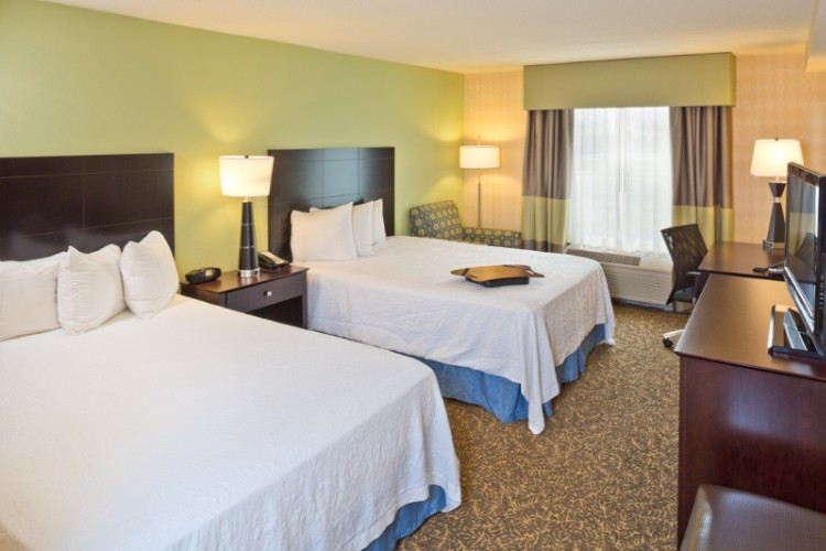 Enjoy A Comfortable Stay In This Room Which Features Two Queen Clean And Fresh Hampton Beds® And An Hdtv. Work At The Spacious Desk And Stay Connected With Free Wifi And Wired Internet Access. 6 of 10