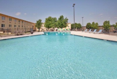 La Quinta Joplin Outdoor Pool 13 of 16