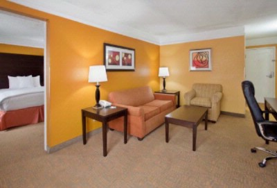 La Quinta Joplin 2 Rooms 2 Queen Suite 5 of 16