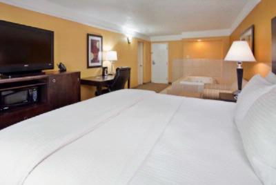 La Quinta Joplin King Jacuzzi Suite 7 of 16