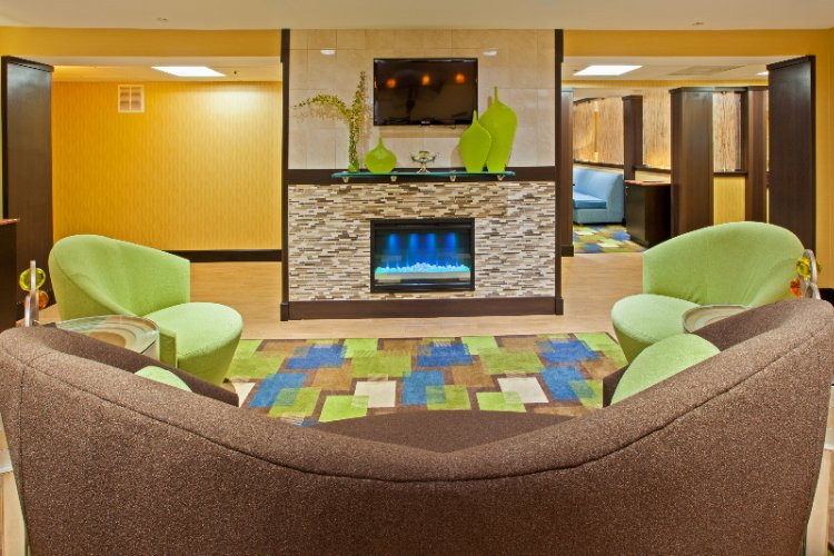 Lounge Area Of The Holiday Inn Express Of Bowling Green 9 of 13
