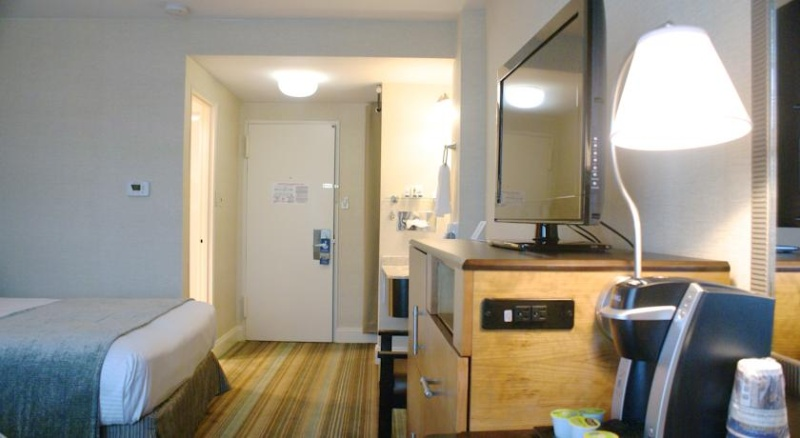 2 Double Beds In Our Newly Renovated Guest Rooms With In Room Keurig Coffee Makers Mini-Fridge Microwave Flat-Screen Tv With Dvd Player And Complimentary Wi-Fi. 6 of 12