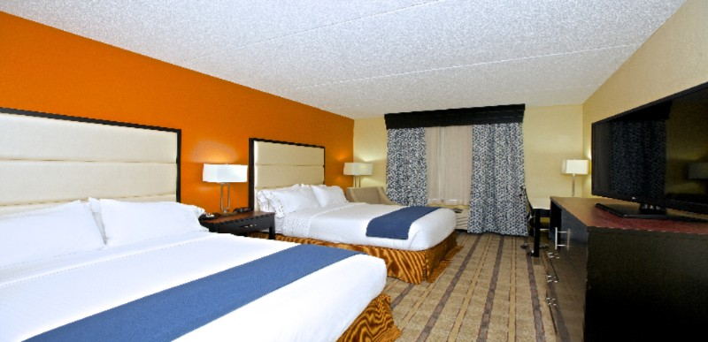 Holiday Inn Express & Suites Guestroom 5 of 8