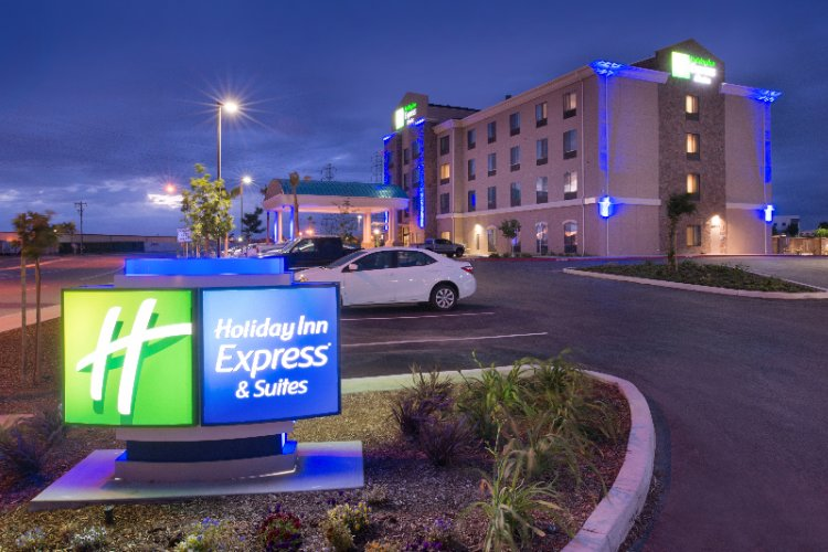 Holiday Inn Express & Suites Bakersfield Central 1 of 6