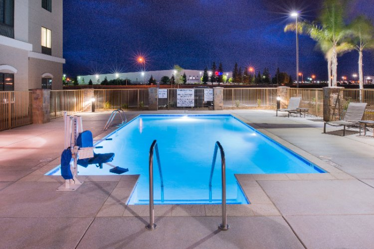 Outdoor Pool 6 of 6