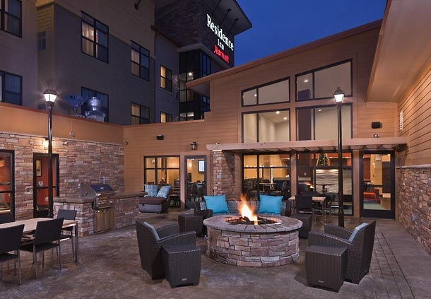 Relax In Our Courtyard With Grill Fire And A Basketballcourt Near It. 2 of 8